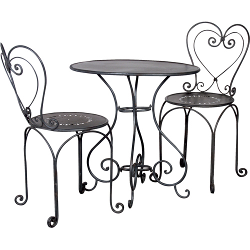 metal heart shaped bistro table and chairs via zebra home design