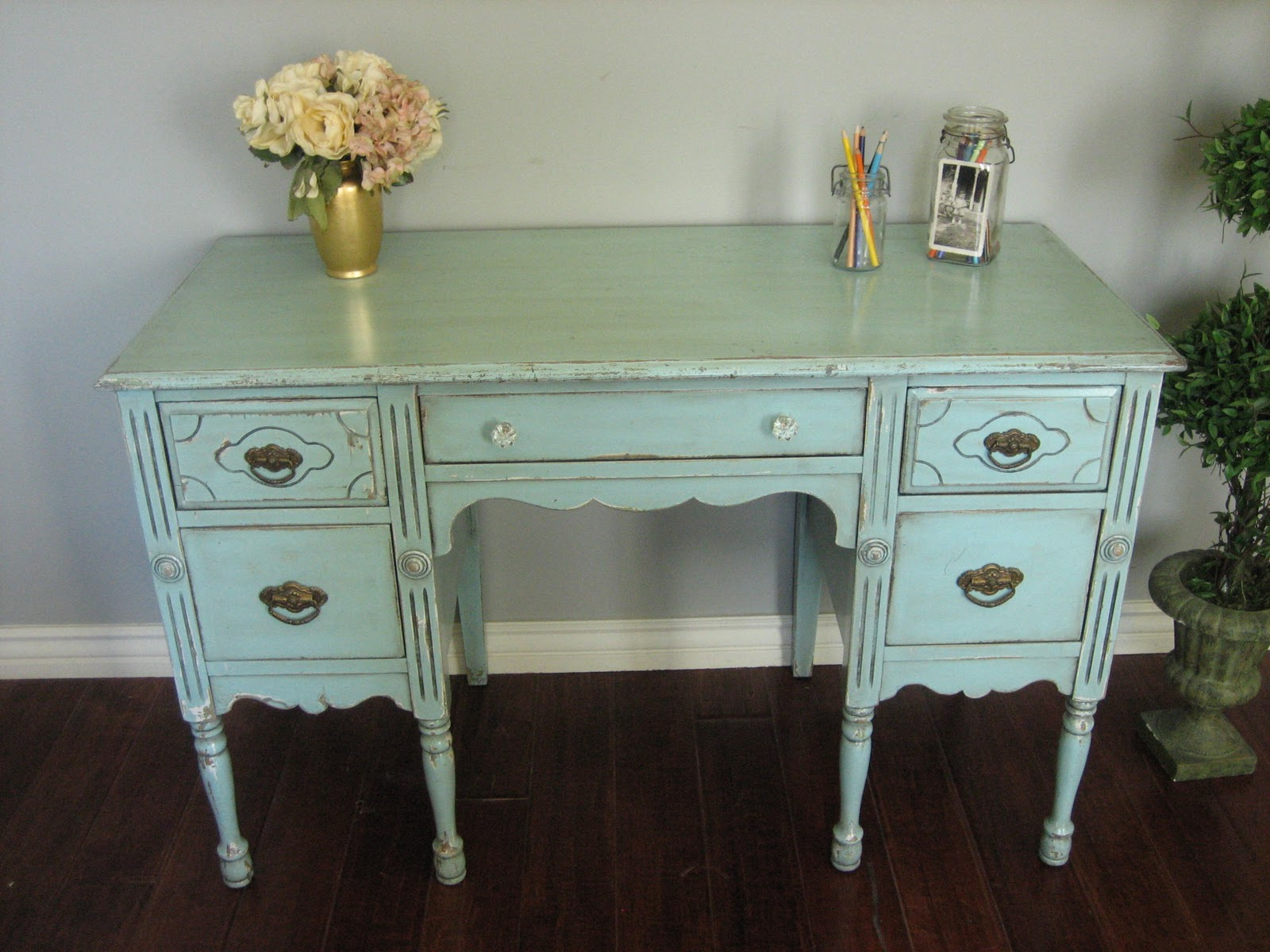 Shabby chic furniture finishing apartments i like blog for Shabby chic furniture